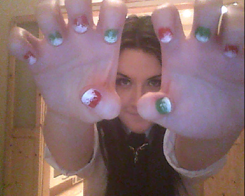 IN THE BIGGEST CHRISTMAS MOOD EVER SO CHRISTMAS NAILS WERE NEEDED.WEEEEW.
