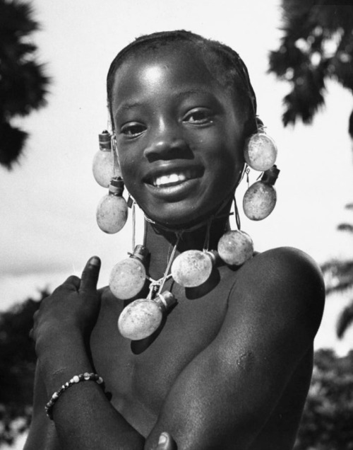 legrandcirque:   A young Congolese girl wearing a necklace of photographer's flashbulbs strung together on a string. Photograph by Nat Farbman.  Monieka, Belgian Congo  June 1947.