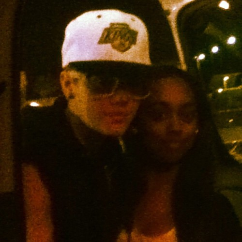 Justin with a fan at FL Airport tonight. ?LOOK WHO I MET AT THE AIRPORT? @justinbieber!!! He's so nice!!! Aww best day ever! Thank you Jaden for taking the picture! :D?
