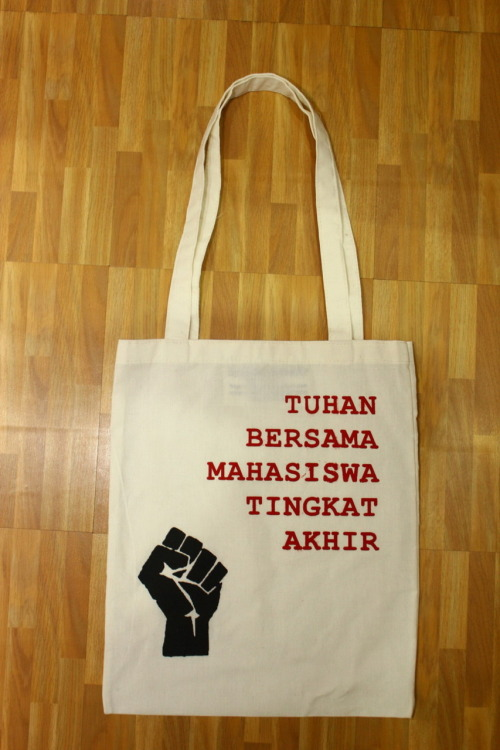 Tuhan Bersama Mahasiswa tingkat akhir Rp.45.000 contact us on phone : +6281901613903 PIN Blackberry : 22401583 follow twitter : @hugesmile_tote