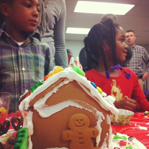 robinhoodnyc:  Building gingerbread houses and a sense of community. This weekend, Robin Hood supporters and staff visited Women In Need to spread holiday cheer to some of the 1,300 children living in the shelter.  Located in East New York, WIN offers transitional housing and support services to woman and their families. The site visit included a tour of their facility and an opportunity to decorate gingerbread houses with children and families that benefit from Women In Need. Since 1989, Robin Hood has provided funding to WIN facilities in the Bronx, Brooklyn and Manhattan. Last year, WIN moved over 500 families from shelter to permanent housing. In doing so, WIN has served over 10,000 individuals, connecting more than 1,000 families to Medicaid, public assistance and food stamps.