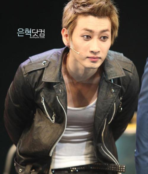 mygummyanchovy:  So sexy!!!  Hyuk, you're perfect!