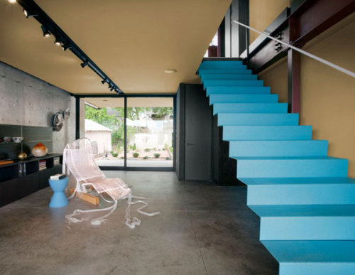 The turquoise staircase in this modern home in Oklahoma by Fitzsimmons Architects is awesome.  Read and see more @FresHome.