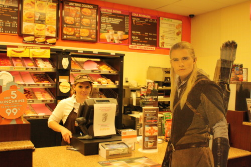 legolasdoesthings:  Legolas shamelessly flirts with the girl at Dunkin Donuts.