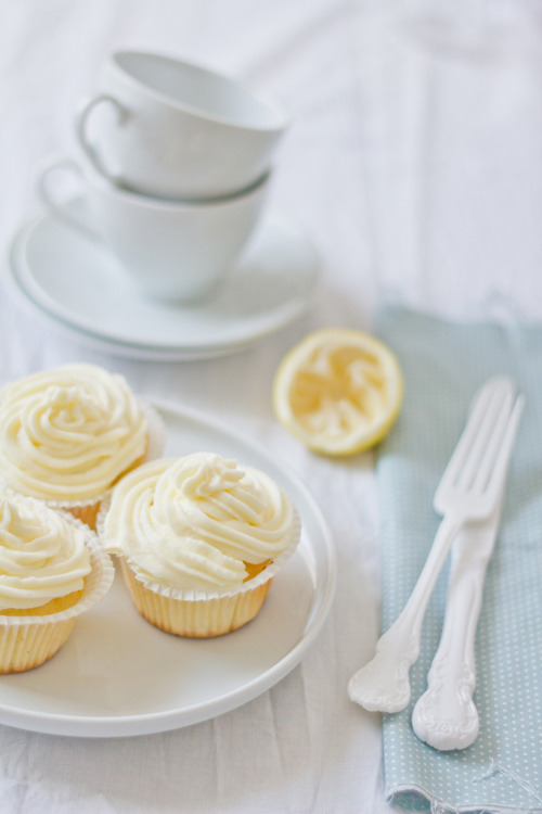 gastrogirl:  coconut and lemon cupcakes with mascarpone frosting.