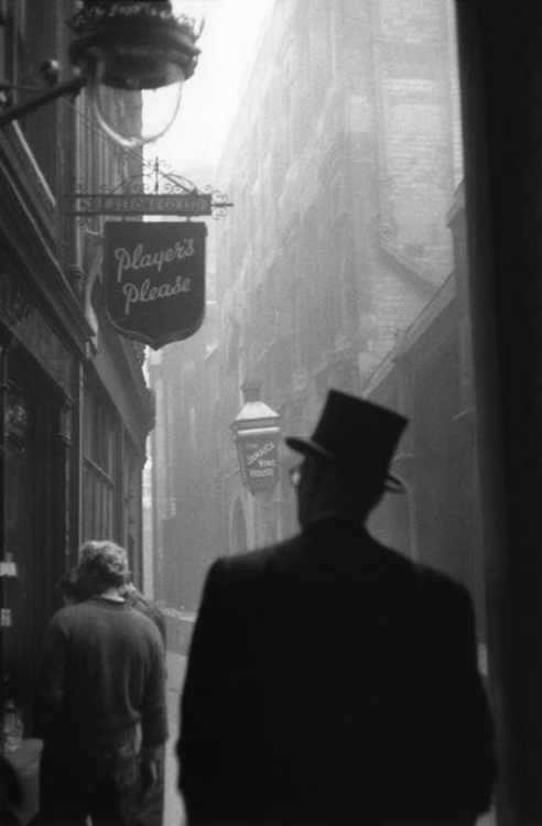 m3zzaluna:  london, 1959 photo by sergio larrain, from london 1958-59 ***please don't repost this as your own