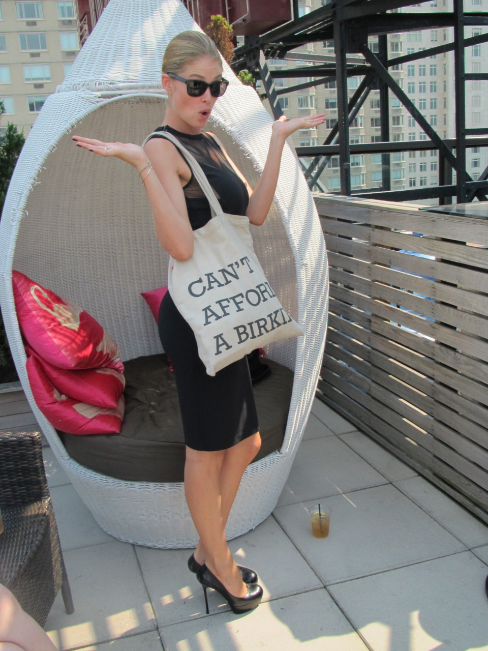 TOPMODEL DOUTZEN KROES WITH HER NEW SHOPPER BAG DURING 2011 NY FASHION WEEK