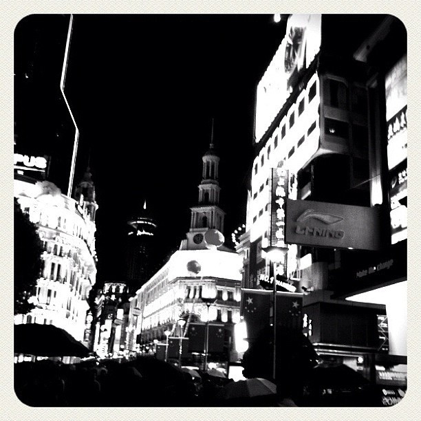 Recordando #shangai #china #bw #blackandwhite #city #night #instagram #iphonesia #igerextremadura  (Taken with instagram)