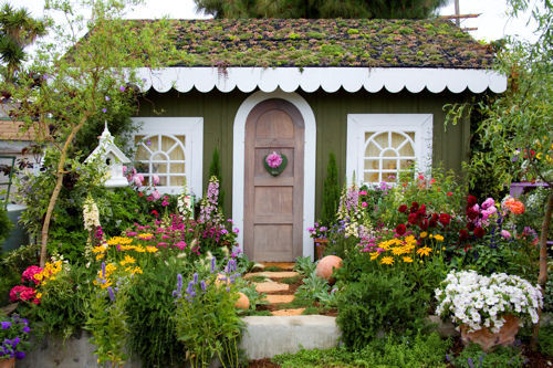 i-wanna-touch-the-earth:  I would like a small cottage. With a lovely garden too. Oh and a cute small mailbox for written letters to lie while I'm away.