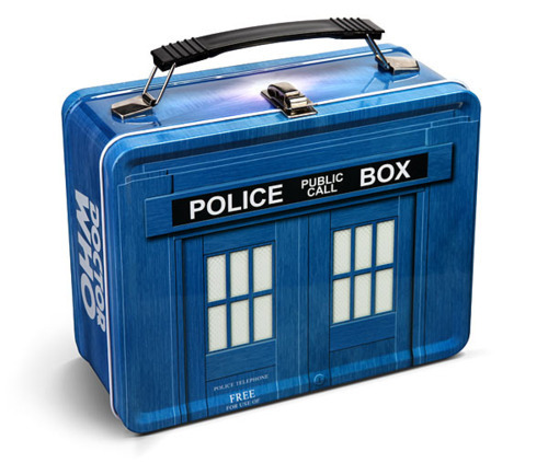 doctorwho:  TARDIS Lunchbox nojle:  anyone care to get this for me please???   WANT.