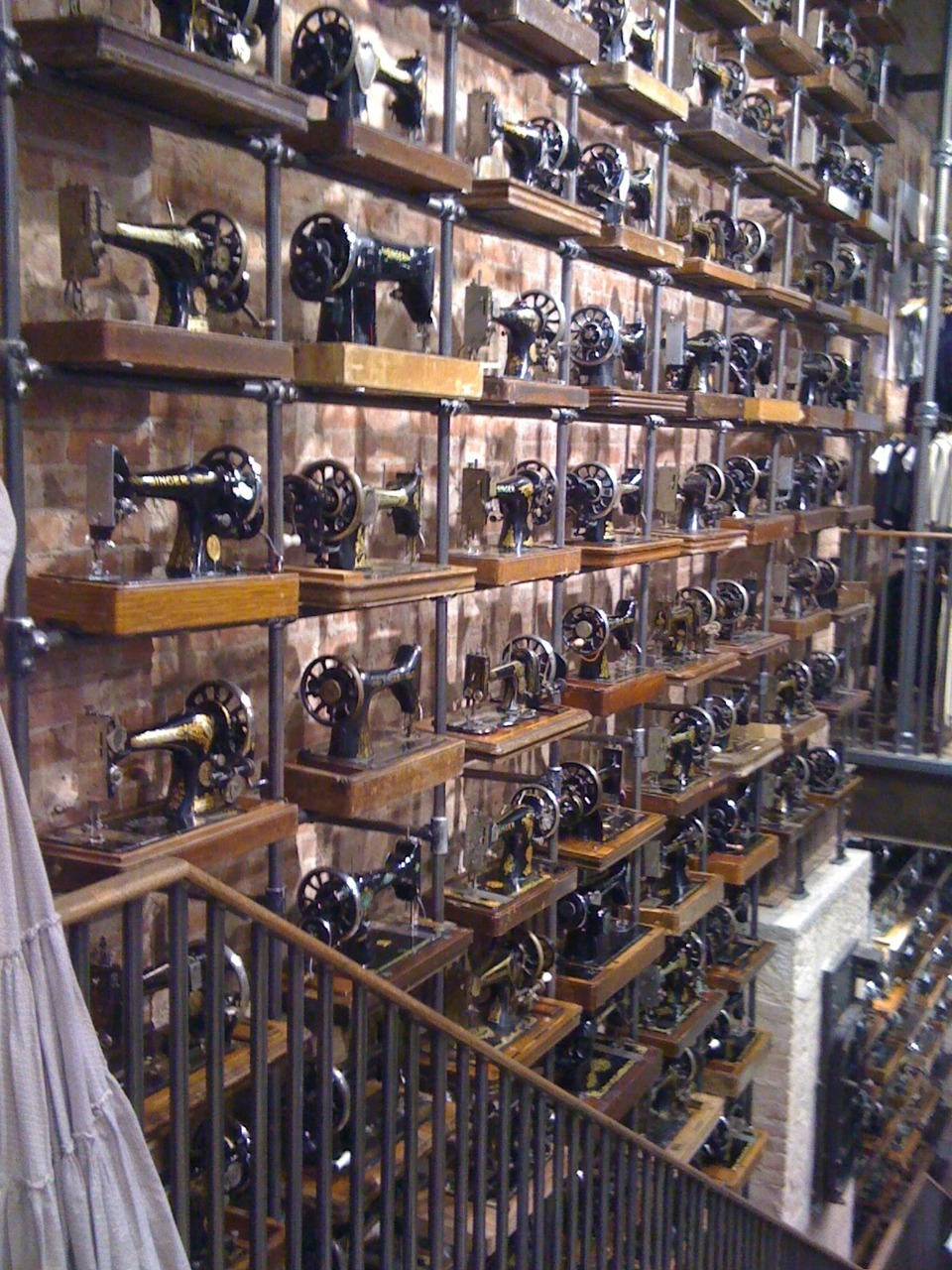 dieselsteamgypsy:  A sewaholics dream decor wall.