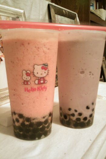 -bubbletea:  Taro Strawberry & Strawberry Bubble Tea with Hello Kitty