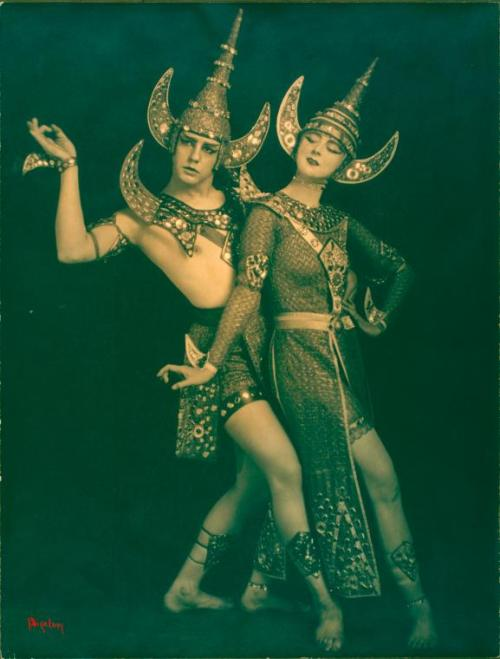 Lou Goodale Bigelow. Ruth St. Denis and Ted Shawn in The Abduction of Sita, 1918 (via lacontessa posted by realityayslum)