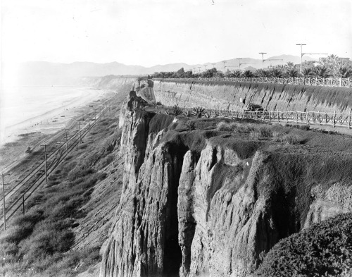 Circa 1905 view of the Santa Monica shoreline from Palisades Park. The tracks of the Los Angeles & Independence R.R. run where Pacific Coast Highway is today. To the right, a motorcar ascends an early version of the California Incline.