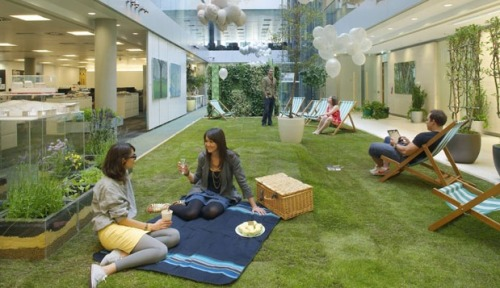 Who wants to have a picnic during lunch?? The London offices of HOK has a strip of green grass in the central corridor of the office, inviting the staff to kick off their shoes and relax for lunch! Can you say jealous?