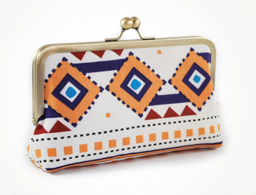 Oooh, Armpit Candy…   This tribal clutch with geometric shapes is pretty. I love it! And of course, the post title might make you cringe but I wasn't going to pass that opportunity up. :] So anyway. As far as accessories go, I don't usually like clutches (not a fan of inefficient fashion)…but this is so nice, I would stick it in my armpit any day.  After some Scotchgard treatment, of course.