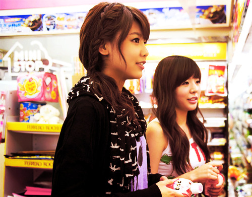 girlsgenerationup:  Sooyoung adn Sunny at supermarket