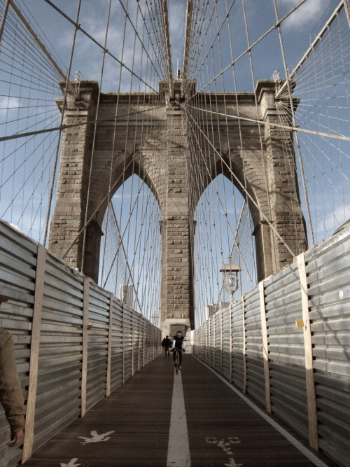 Walking the Brooklyn Bridge. 12.04.2011