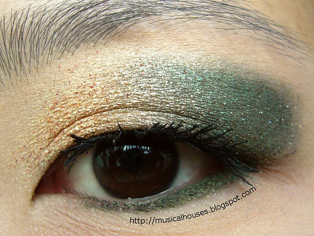 Gold and Green Christmas eye look. (Click for more pics)