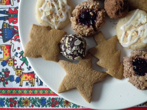 Vegan Christmas cookies from It Ain't Meat, Babe! Jennifer is in the holiday spirit! She collected cookie recipes from the near and far internet, she links to all of them in her post so don't ask me where the recipes are.  I really like this post and not just because of the tablecloth. I like it because it reminds me of when my mom and I would make all kinds of Christmas cookies and make cute cookie plates for the neighbors. We don't do that anymore. You know, busy life gets in the way! That was before my sister was born. We used to do a lot of fun stuff before my little sister was born! Haaaa. Hilarisad. I don't know if she's ever even carved a pumpkin.