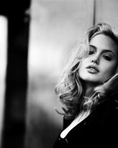 octobre-de-la-mode:  suicideblonde:  Angelina Jolie photographed by Max Vadukul in 1997  Breathtaking.