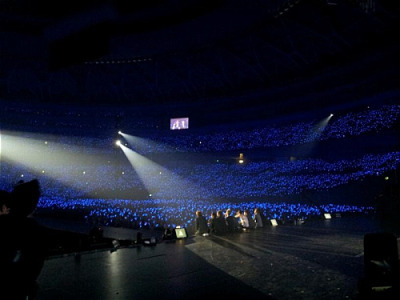 hyuktops:  @ShinsFriends This was during Super Show 4 in Osaka when we were talking, on the second day right before out very last encore song. I wanted to see the blue waves, and asked to dim the lights. When I saw all your lightsticks wow~~ Pretty ㅎㅎpic.twitter.com/uCBdzBmz  Translated by Jee ( www.sup3rjunior.wordpress.com )