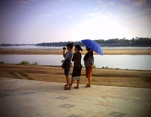 Lao girls in Vientiane, Mekong River.