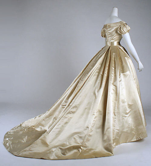Wedding dress, 1869 US, the Met Museum A Victorian-style wedding dress for the elegant minimalist.
