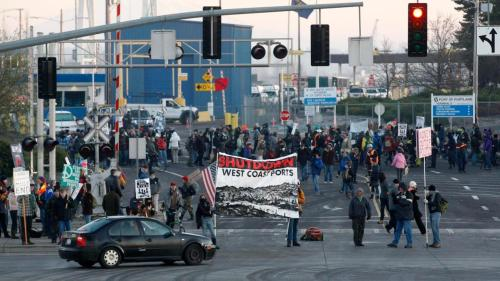 fuckyeahmarxismleninism:  Occupy protesters set up a picket line at a Port of Portland terminal in Portland, Ore., as part of a West Coast day of action, Dec. 12, 2011.