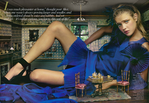 calypsocoin:  High Fashion Alice in Wonderland (Annie Leibovitz,Vogue 2003)