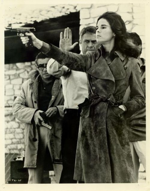 lostinamerica:  Steve McQueen giving Ali MacGraw some shooting tips.  Another perfect date idea.