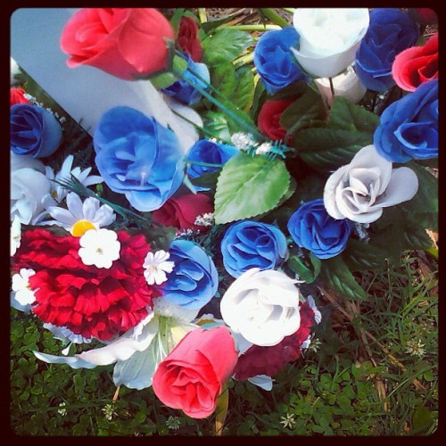 #red #white #blue #cross #veteran #flower #fauxflowers #flowers #memorialday #downtownhenderson #centralpark #pretty #photography  (Taken with instagram)