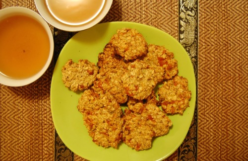 Oatmeal cookies with dried apricots  No flour, no eggs, no sugar, but incredibly tasty!Ingredients:half the usual package of oatmeal, not crushed, not for fast food1 ripe bananahandful of dried apricots2 tablespoons vegetable oilcertain amount of waterWarm up the ovenPour oatmeal into a comfortable and deep dish, pour cold water on them, so she moistened the whole oatmeal, but it did not make the basis of the liquid, prevents and wait 5-7 minutes, until water is absorbedFine mode bananas and dried apricots, or the same ground in a blenderBananas skleyut our dough and create a fragrance, and dried apricots give the necessary sweetness and acidity. If the greenish banana, I recommend to use 2 pcs. Add a medium-sized a few spoonfuls of vegetable oil.Lepim hands small lumps and put them on parchment, then bake in a preheated oven for about 20 minutes. Do not worry if our foundation stick in hand, with 10 molds you will have obtained more agile, faster and easier (: You can just put the dough with a spoon, giving each piece the same thickness.Bake at best 180 degrees, because cookies must increasingly do not baked and dry.