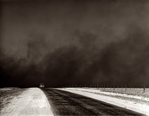 delartbordel:  MY FAVOURITE PHOTORAPHY. EVER.  heavy black clouds of dust rising over the Texas Panhandle, Arthur Rothstein, March 1936
