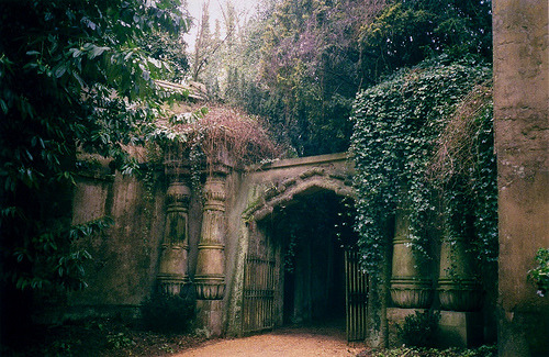 Egyptian Avenue, Highgate Cemetery, London photo via sapiens