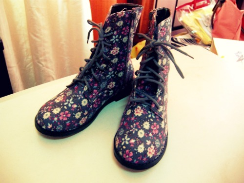 minriepark:  My 10 years old sister's boots! Really cute, I'm Jealous! It was really unexpected. my mom told me that I was her fashion idol. and she wanted to join the boots craze!
