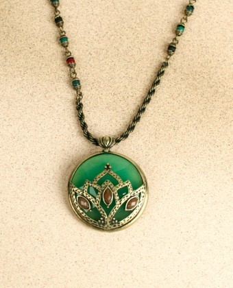 (via Green vintage queen necklace.) Bright deep necklace. Vintage inspired.