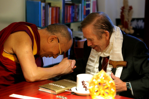 peterfeld:  Vaclav Havel beats the Dalai Lama at arm-wrestling last weekend, via @dalailama