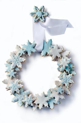 justamatterofthyme:  Snowflake Cookie Wreath A few years ago this was in the Washington Post and I thought it was beautiful. I have not attempted it myself but wanted to post it as an inspiration.  Full article with instructions here: http://www.washingtonpost.com/wp-dyn/content/article/2008/12/09/AR2008120900668.html Sugar cookie recipe here: http://projects.washingtonpost.com/recipes/2008/12/10/heather-chittums-sugar-cookies/