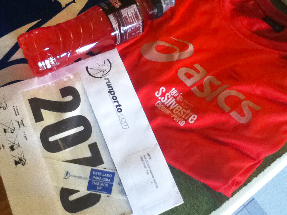 Picked up my runners kit and credentials after lunch, and here it is! A raspberry Powerade, an event t-shirt, Personal number, and a magnetic band to attach to my shoe.   Now for some rest before leaving to the 10km mini-marathon in a couple hours!
