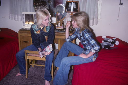 Never before published Cherie Currie with twin Marie in their petit bedroom in the San Fernando Valley circa 1978. Exclusive photo by Brad Elterman