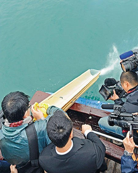 glad to see Hong Kong government now expanding their sea burial service (via 「海上撒骨灰」改租大船)
