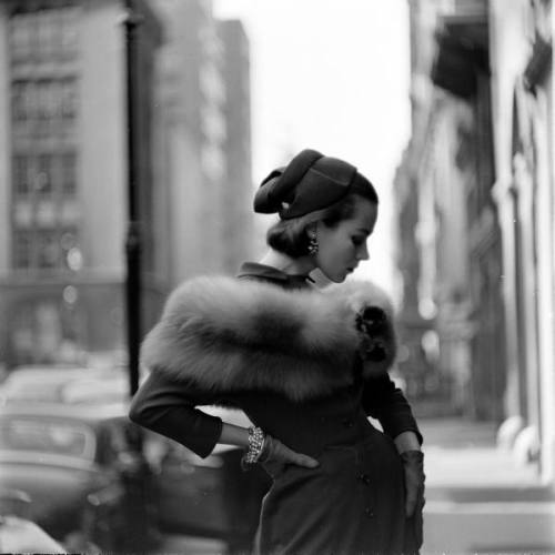 legrandcirque:  Photograph by Gordon Parks. New York City, October 1952.