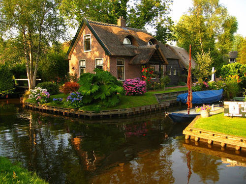 Canal Cottage, The Netherlands photo via pavotrose