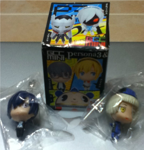 lens-bananas:  PERSONA 3 GIVEAWAY!!!! Christmas is near, and i realize I'm a bit late but i decided to do a giveaway. Its my first time doing this so bear with me. The prize as you can see, is a phone charm of Minato Arisato and Elizabeth.  The rules are simple You may reblog as many times as you'd like. Likes count as well. You don't have to follow me. Your ask box must be open. If its not, then i will pick another winner.  I will ship anywhere in the world.  The giveaway ends December 25th. Good luck to the people that participate!