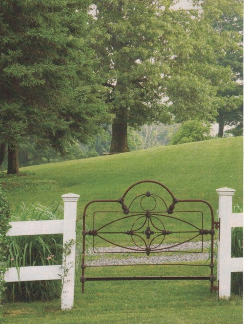 lauracapuchina:  ♥  Headboard as garden gate. J'adore.