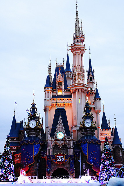 disneyforeverlives:  Christmas Castle by dreamagicjp on Flickr.