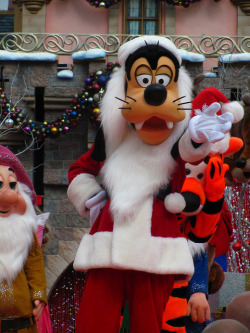 Merry Christmas from Goofy Taken on November 7, 2010 during the taping of the Disney Parks Christmas Day Parade Special in front of Sleeping Beauty's Winter Castle in Fantasyland, Disneyland (Disneyland Resort, Anaheim, CA) Photo by Loren R. Javier.  This photo can be republished for non-commercial purposes, but only if it contains photo credit and/or link back to the original photo.  Please click photo for rules on the Creative Commons license of this photo.