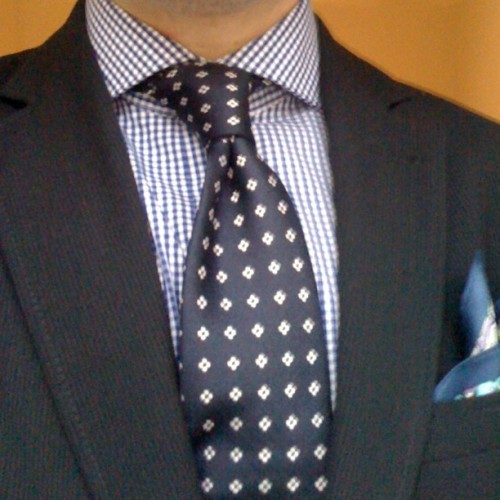 Notice that the pocket-square plays off the shirt. No pocket-square tie-combos. That's Estilo!
