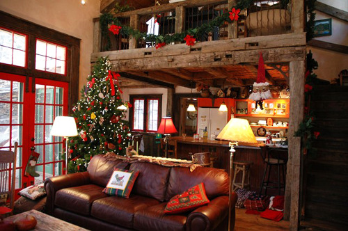 Spending the holidays in a cabin like this? = Heaven. Look at those red doors! So festive!